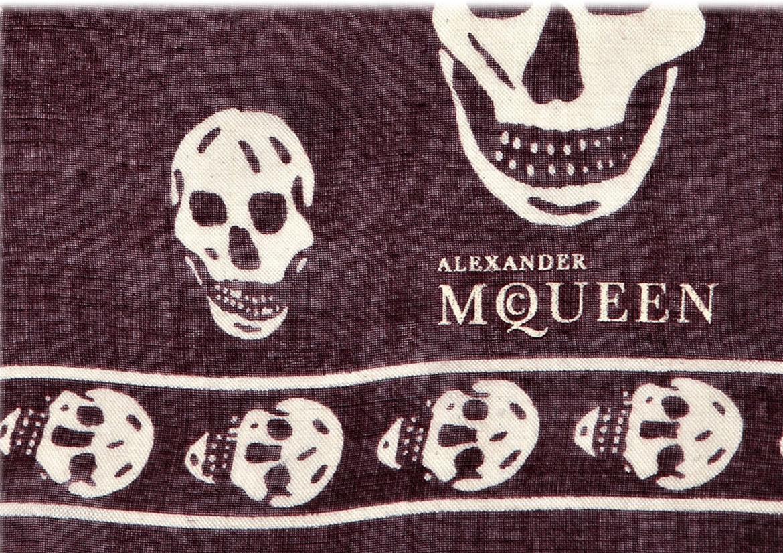 Коричневый шарф с черепами Alexander McQueen